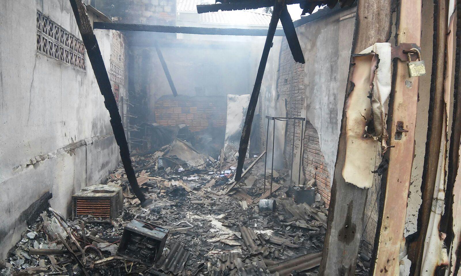 fogo-galpao-centrinho-ingleses-destruido