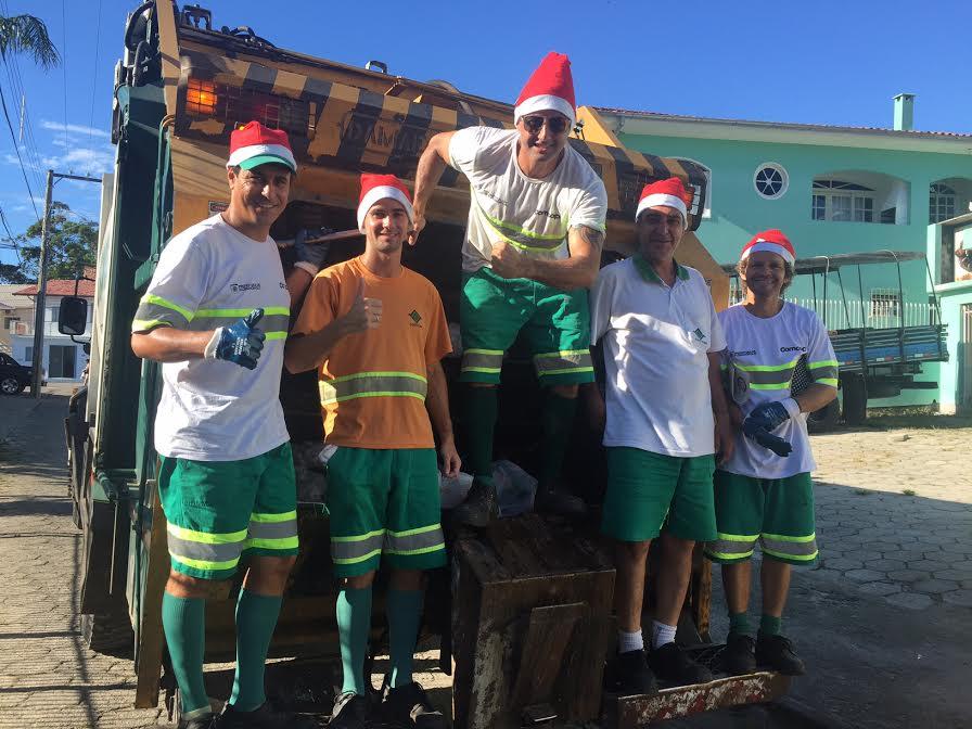 Trabalhadores da Comcap entram no clima de Natal durante a coleta do lixo