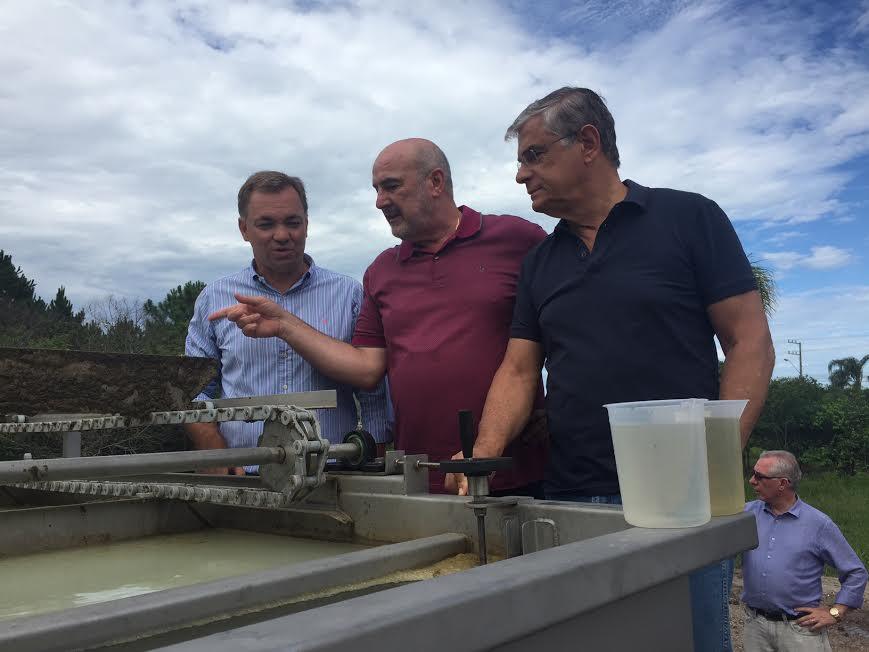 Gean e vice-governador vistoriam ações da Casan em Canasvieiras
