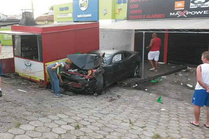 Camaro invade calçada e mata uma pesssoa