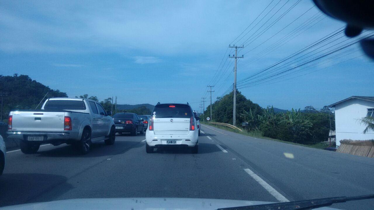 Acidente deixa o trânsito lento na SC-401