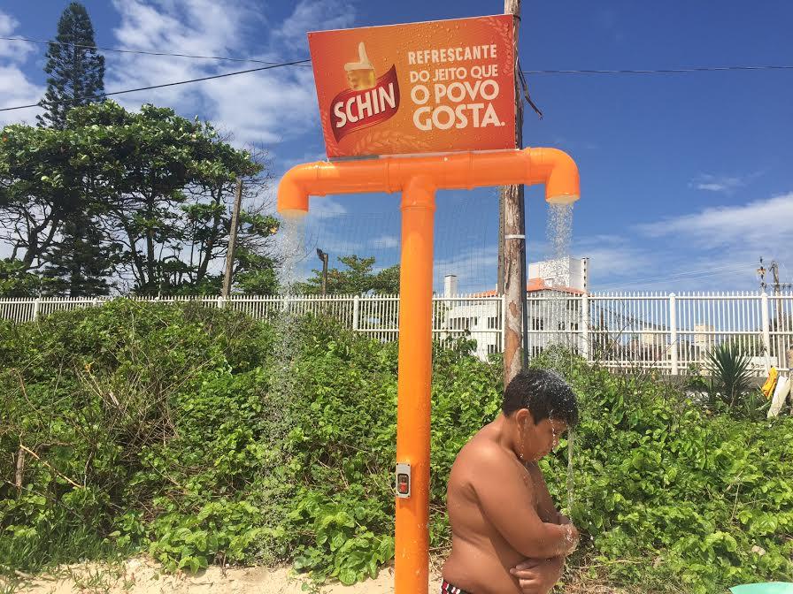 Chuveiros das praias desperdiçam e tem água fedida