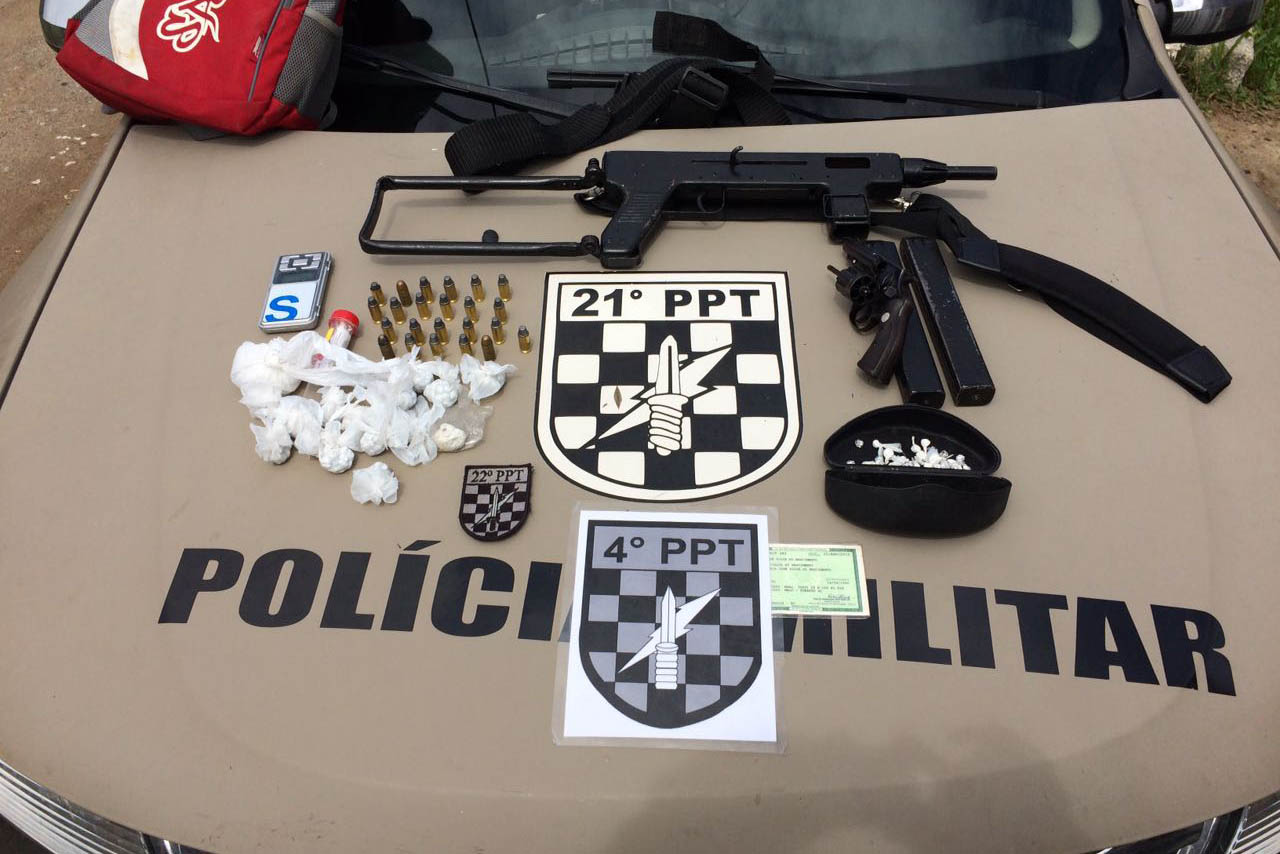 Operação da Polícia Militar prende quatro suspeitos com metralhadora e drogas no Travessão