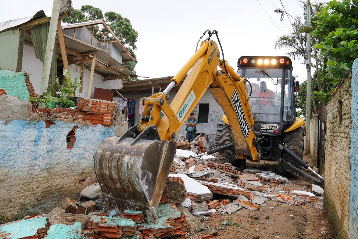 Operação da Floram faz demolição de 35 casas em área de dunas nos Ingleses