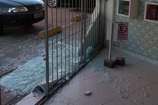 Tiroteio quebra vitrines e vidros de agência bancária na Praia dos Ingleses
