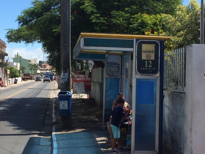 Primeiro abrigo de ônibus recuperado pela Comcap foi alvo de matéria no ano passado