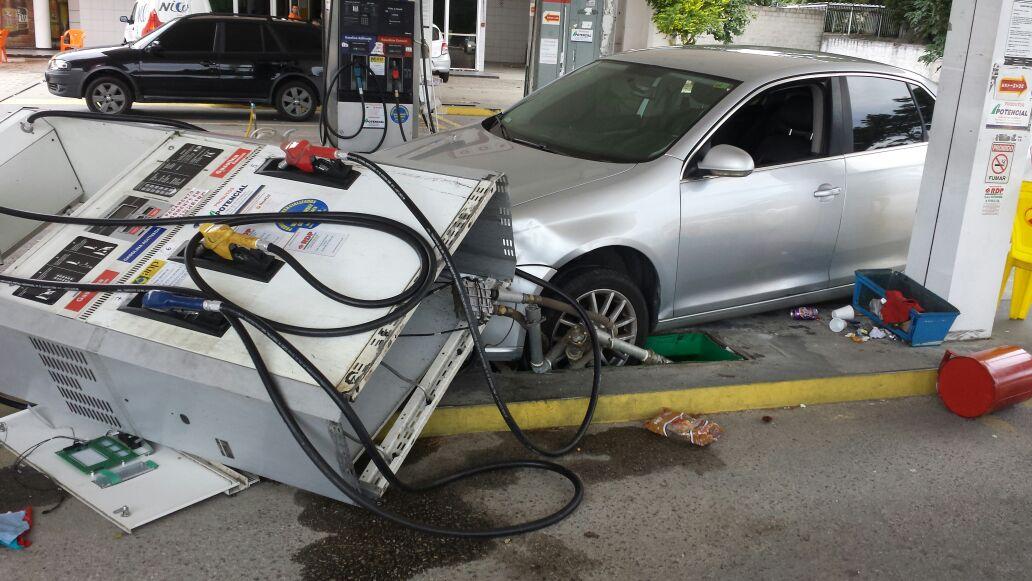 Carro derruba bomba de combustíveis em posto do Norte da Ilha