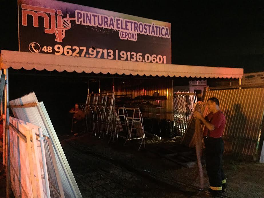 Incêndio destrói duas empresas na SC-401 e mobiliza os bombeiros da Capital