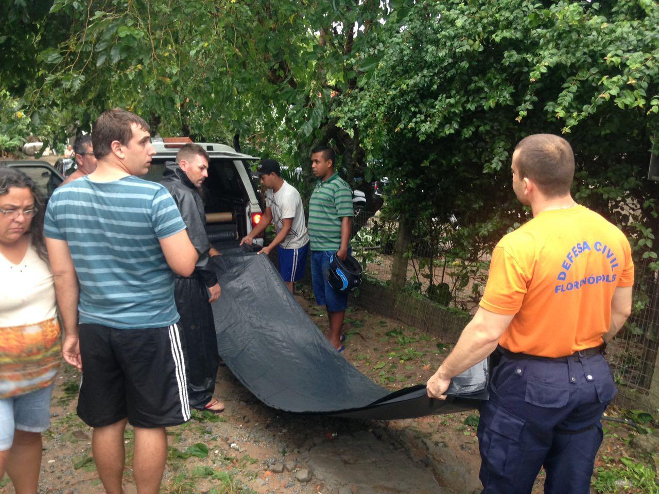 Começa a distribuição de lonas para moradores da Praia do Santinho