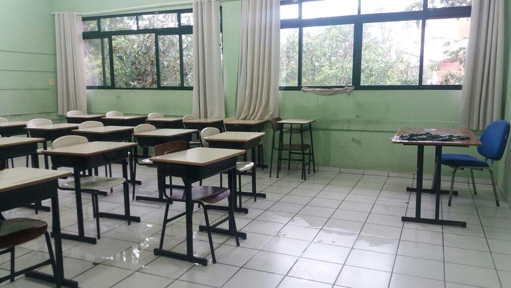 VÍDEO: Escola do Santinho suspende aulas pela segunda vez por causa do telhado