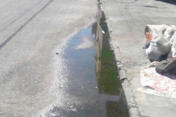 Morador reclama de mau cheiro de esgoto a céu aberto na Rua Airton Sena em Ingleses