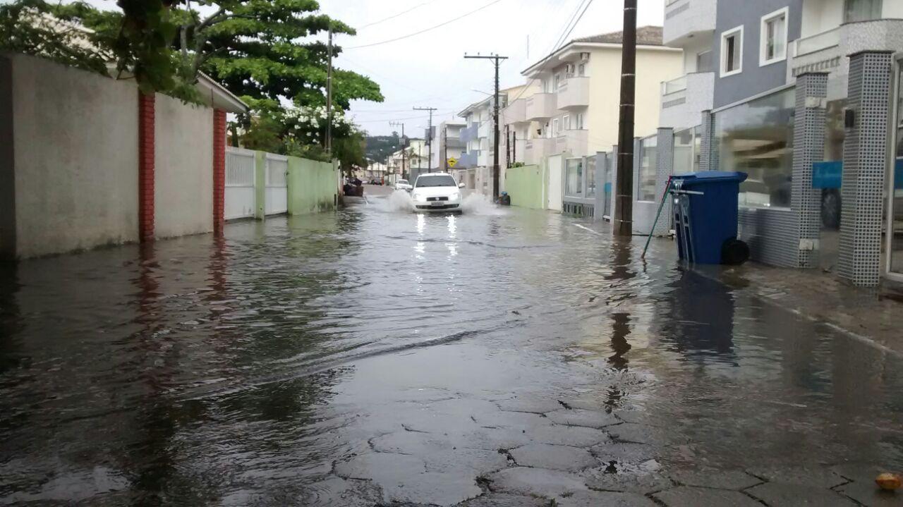 Chuva forte deixa ruas alagadas nos Ingleses e na Praia do Santinho