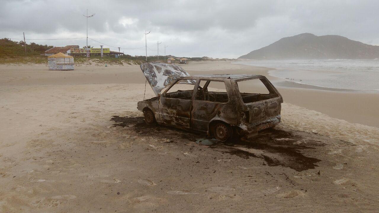 Carro é encontrado incendiado na faixa de areia da Praia do Santinho