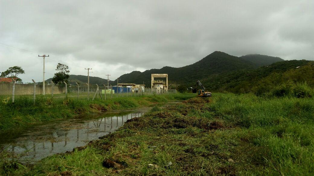 A Prefeitura de Florianópolis começou a executar uma limpeza no Rio Capivari para a retirada de matéria orgânica acumulada, além do lixo que se espalha ao longo do curso de água até o mar. Os trabalhos se estendem também ao Ribeirão Capivari, que é o pequeno rio que corta um pedaço da região das Gaivotas, desaguando no rio próximo ao mar. Segundo o intendente Gabriel Lemos, o objetivo, além de melhorar a qualidade da água e identificar ligações clandestinas de esgoto, é fazer a desobstrução das valas e dar mais vasão de água, sem que ela fique represada ao longo de algumas ruas, causando alagamentos. A expectativa é que o trabalho dure uma semana, se as condições do tempo permitirem. O trabalho de limpeza do rio é cobrado por moradores desde o ano passado, sendo que o rio registrou novamente altos índices de poluição nesta temporada de verão. FUTURO Quando a ampliação do sistema de esgoto estiver pronta, junto com a estação de tratamento (ETE), todo o efluente que passar pelo processo de despoluição será depositado no Rio Capivari. A Casan disse que isso vai minimizar os índices de poluição no mar.