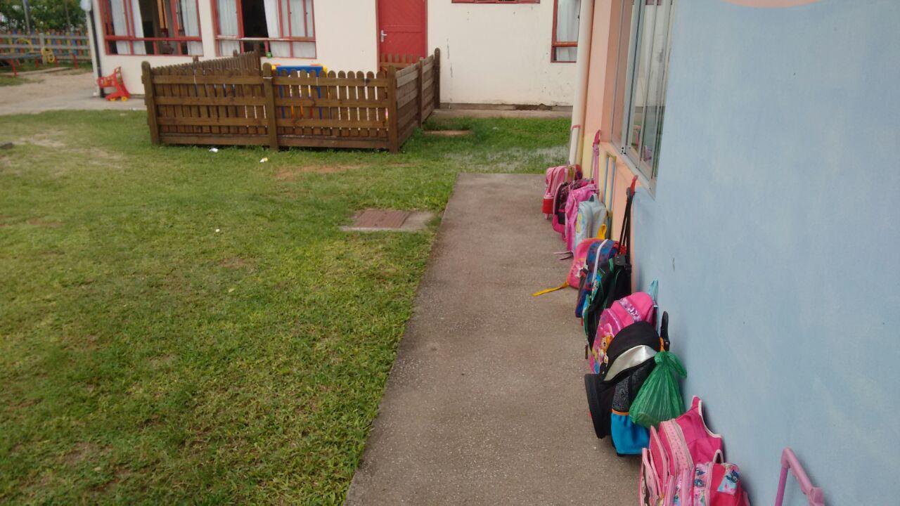 Vazamento de esgoto deixa alunos sem usar área de recreação