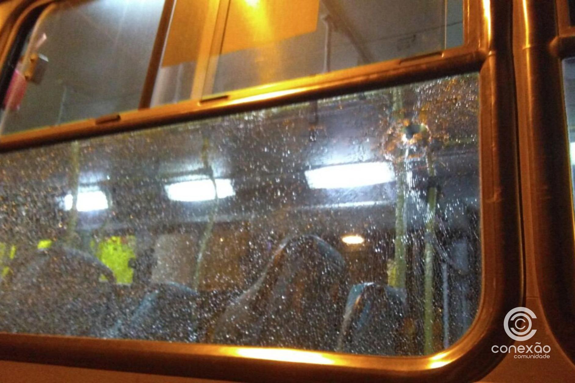 Ônibus é atacado a tiros durante a madrugada na Praia dos Ingleses