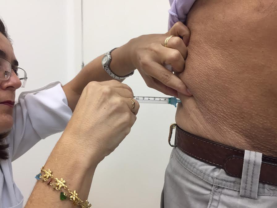 """""""Tomo a vacina há muitos anos e nunca tive gripe"""", diz primeiro paciente imunizado"""