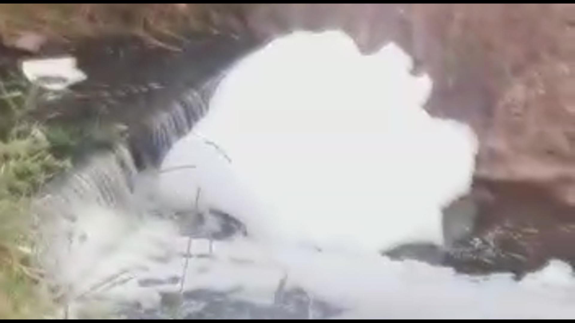 Espuma branca que apareceu em rio de Ingleses será investigada pela prefeitura