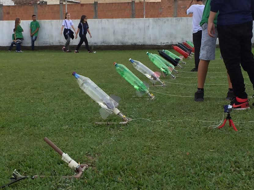 Foguetes são disparados por alunos do Herondina em Ingleses