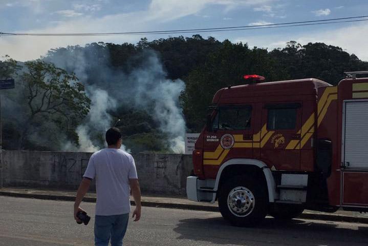Bombeiros apagam incêndio ao lado de subestação da Celesc em Ingleses