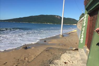 Maré alta faz sumir faixa de areia em Praias do Norte da Ilha