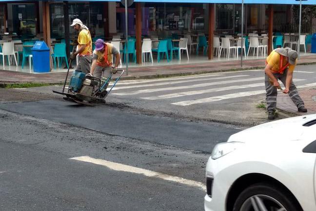 Prefeitura de Florianópolis faz operação tapa-buracos em Canasvieiras
