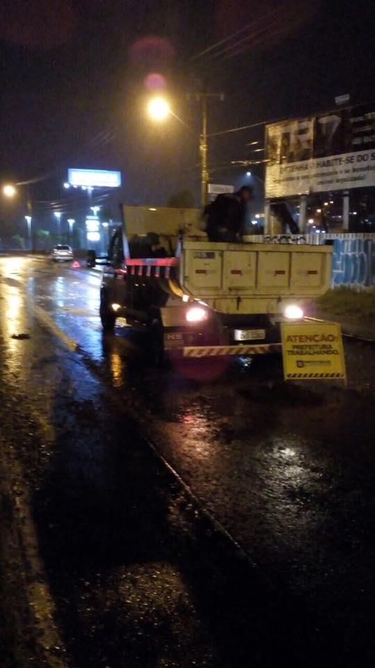 Equipe da prefeitura faz operação tapa buracos em rodovia estadual