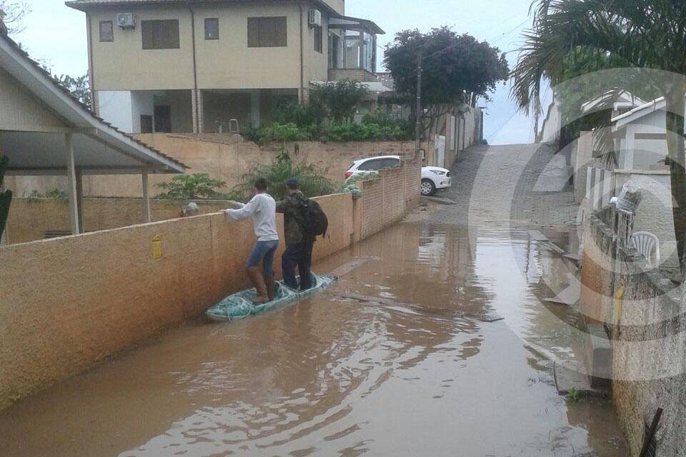 Moradores usam caiaque para enfrentar alagamento em servidão do Santinho