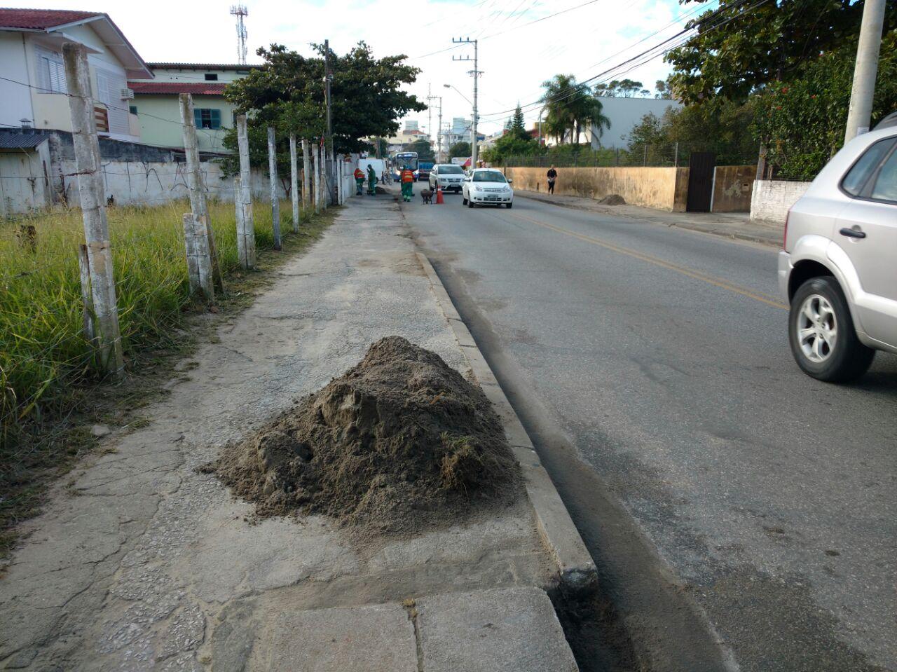Comcap realiza limpeza pesada em ruas da Praia dos Ingleses