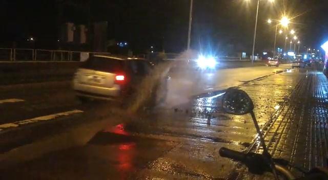 Carros furam pneus ao passarem em buraco nos Ingleses