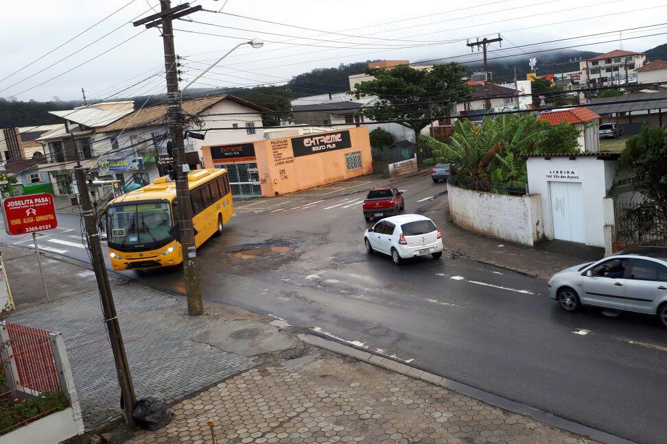 Buraco fechado há dois meses novamente dificulta trânsito de ônibus