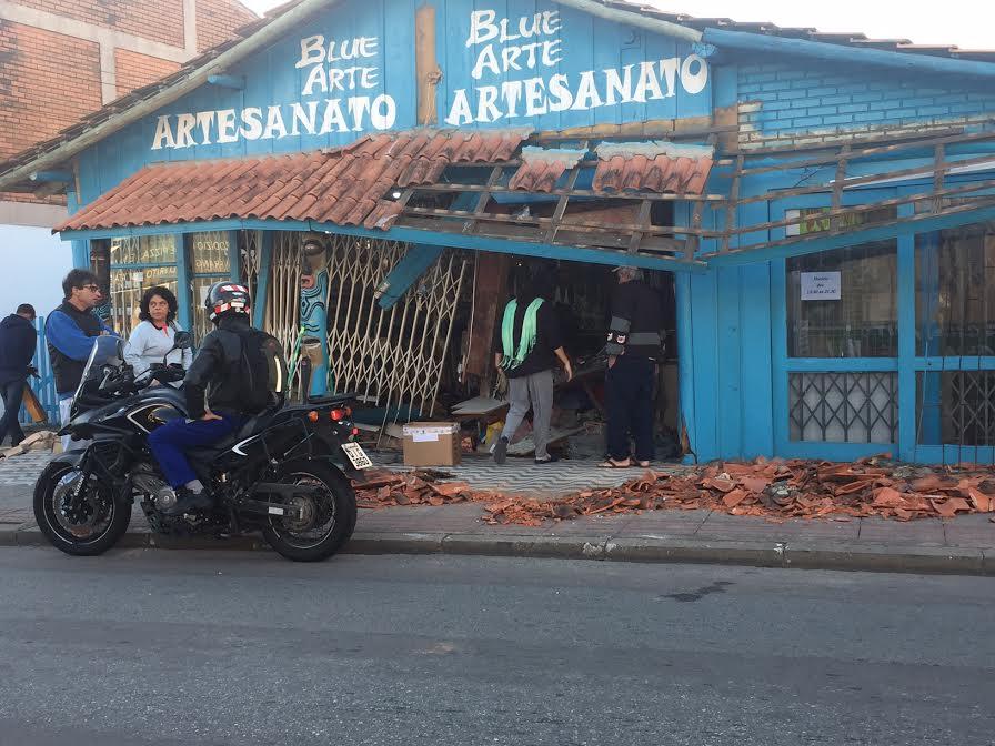Carro invade loja no centrinho dos Ingleses durante a madrugada