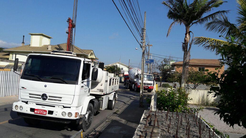 Caminhão derruba poste e interdita rua na Praia dos Ingleses