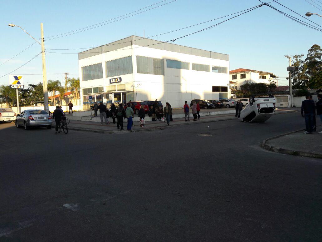 Veículo capota após colisão em Canasvieiras nesta quarta-feira (19)