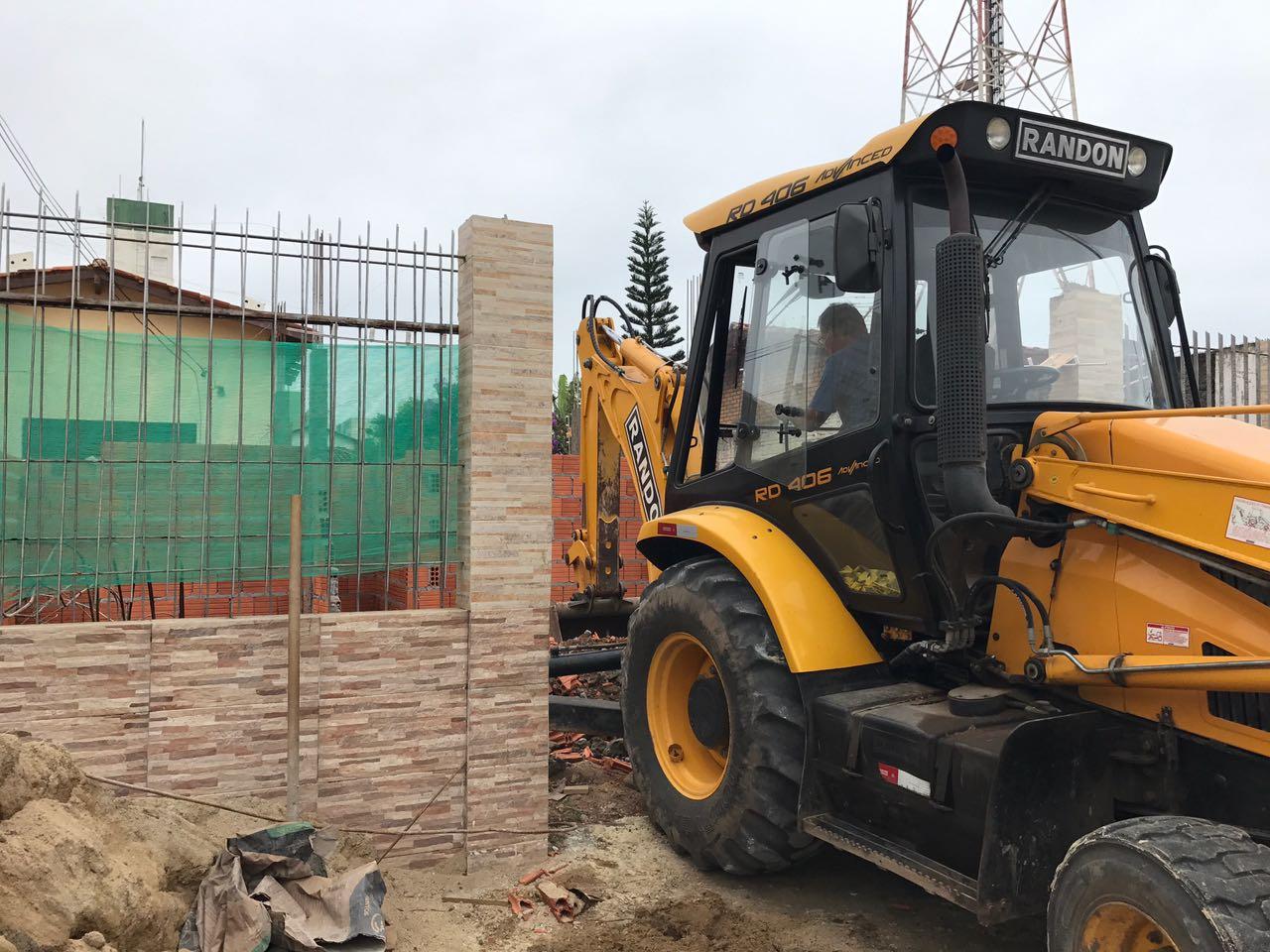 Prefeitura executa demolição de construção em Canasvieiras