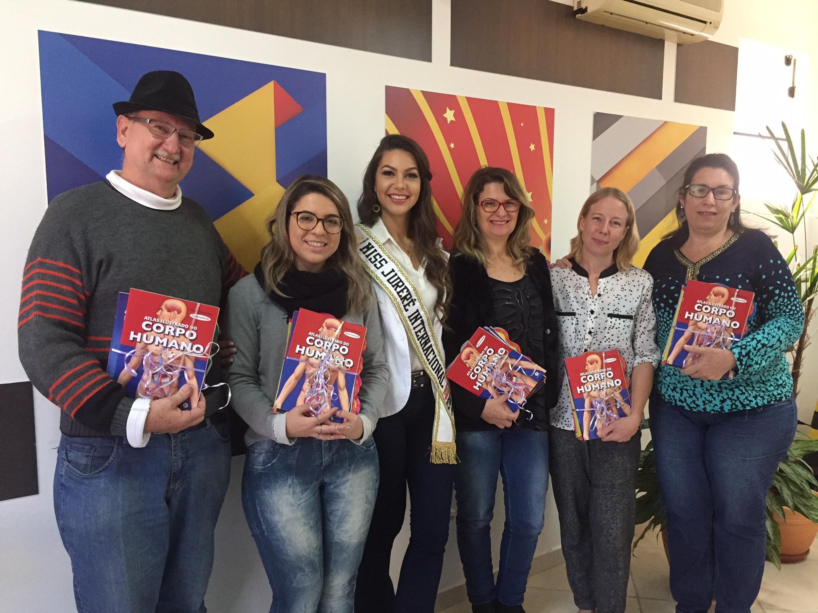 Miss Jurerê Internacional faz doação de livros para escolas do Norte da Ilha
