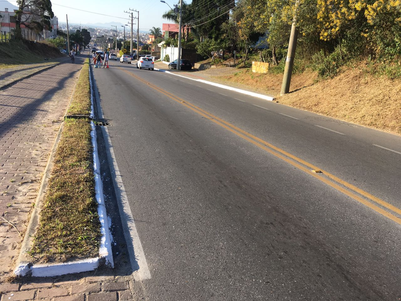Intendência realiza pintura de meio fio na Rodovia João Gualberto Soares