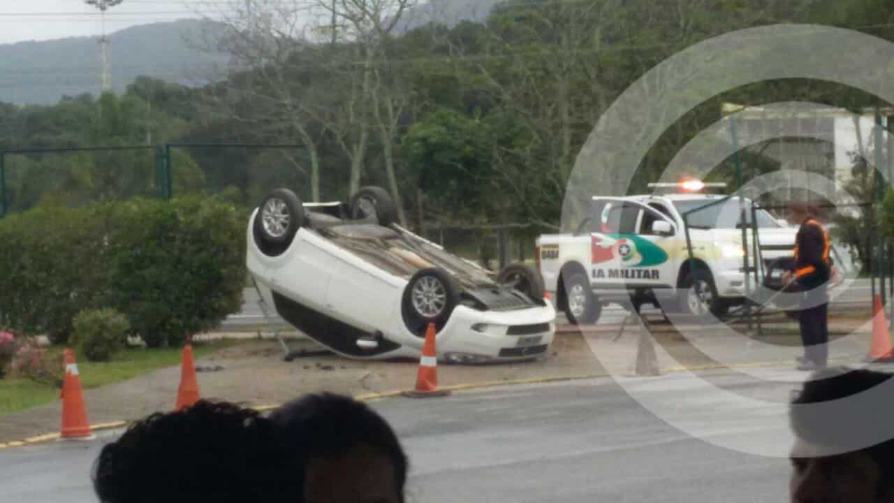 Motorista capota e vai parar dentro do Tican no Norte da Ilha