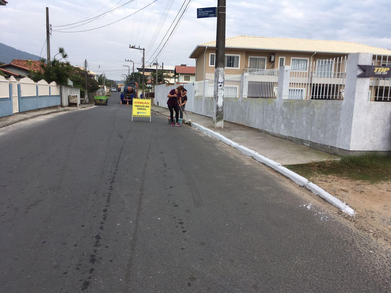 Moradores se reúnem para arrumar rua com o auxílio da Intendência