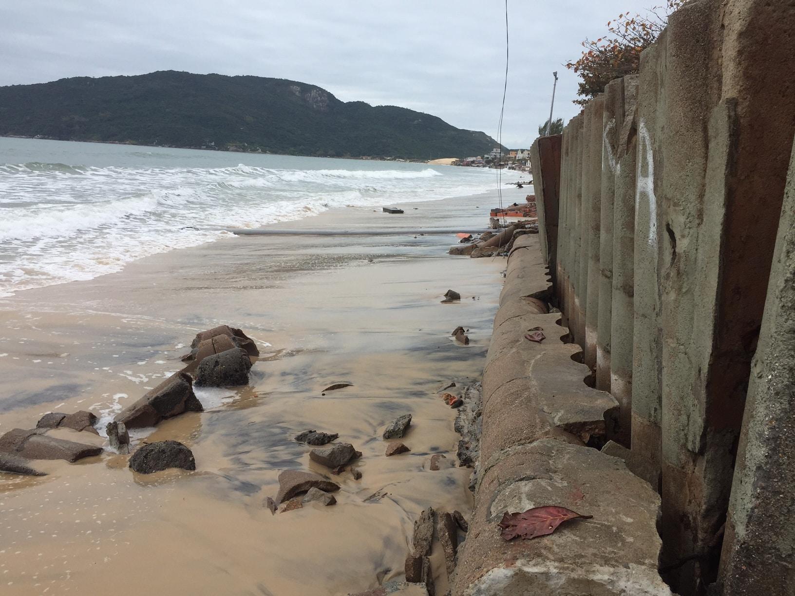 Faixa de areia desaparece no canto sul de Ingleses por causa da ressaca