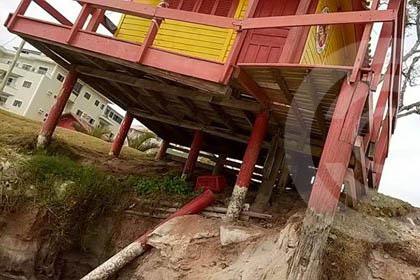 Posto guarda-vidas ameaça desabar na Praia de Canavieiras