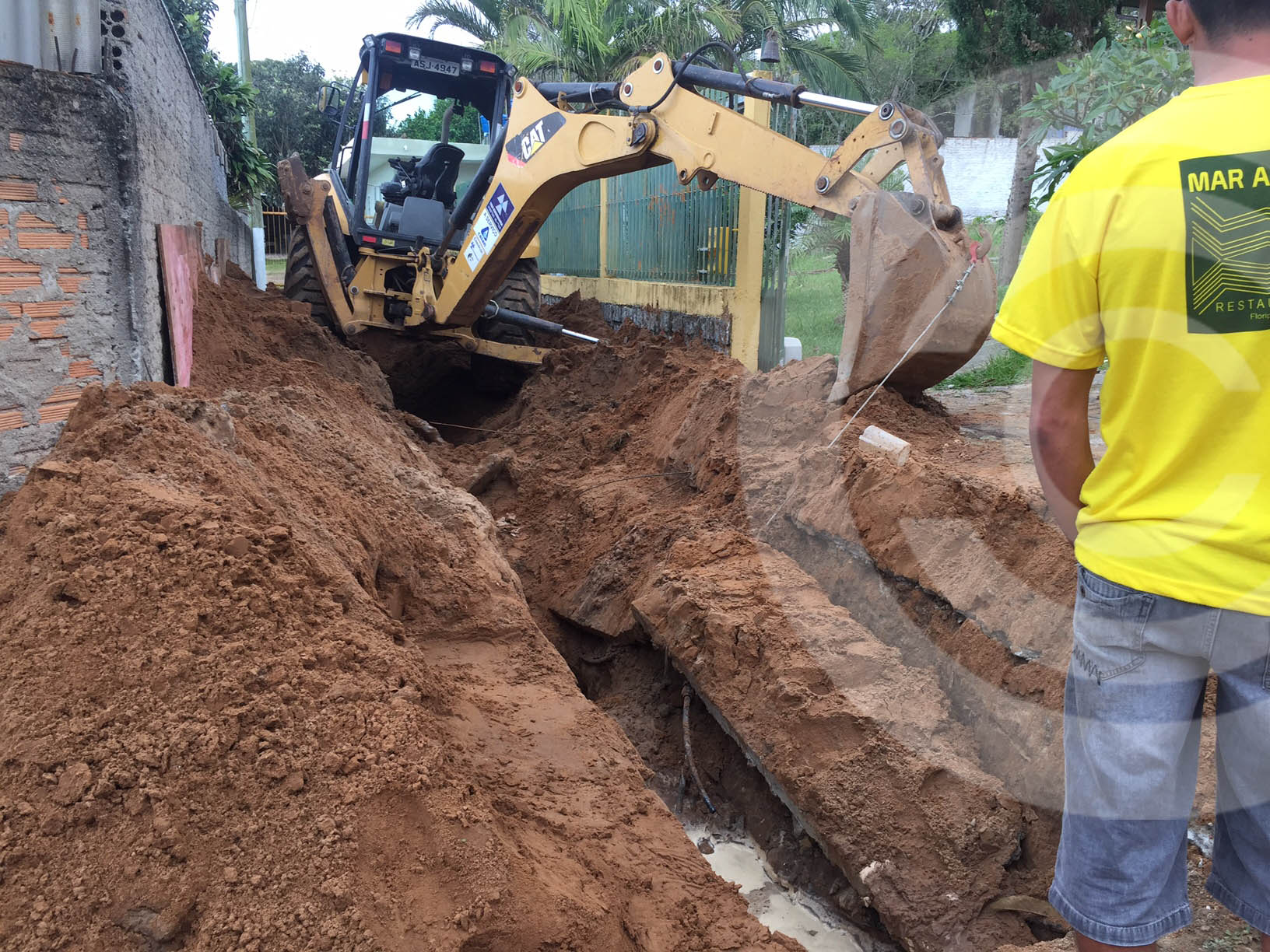 Trabalhador é soterrado em vala durante obra de ampliação do esgoto