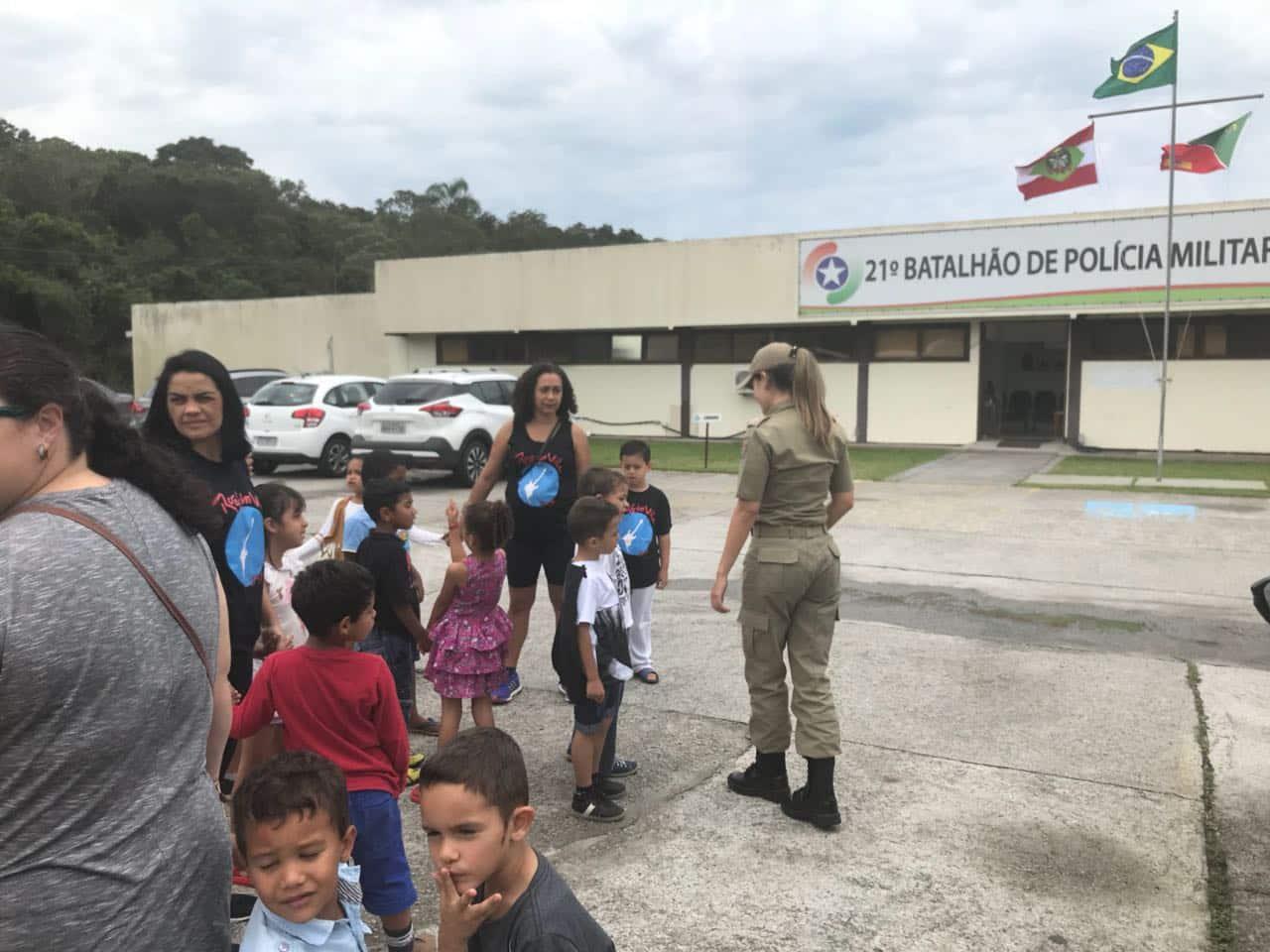 Crianças da Vila União participam de atividades recreativas no 21º BPM