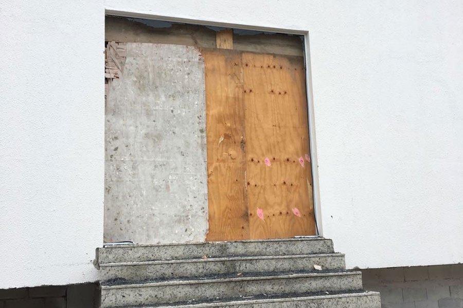 Prefeitura fecha acesso a prédio embargado na Praia do Santinho