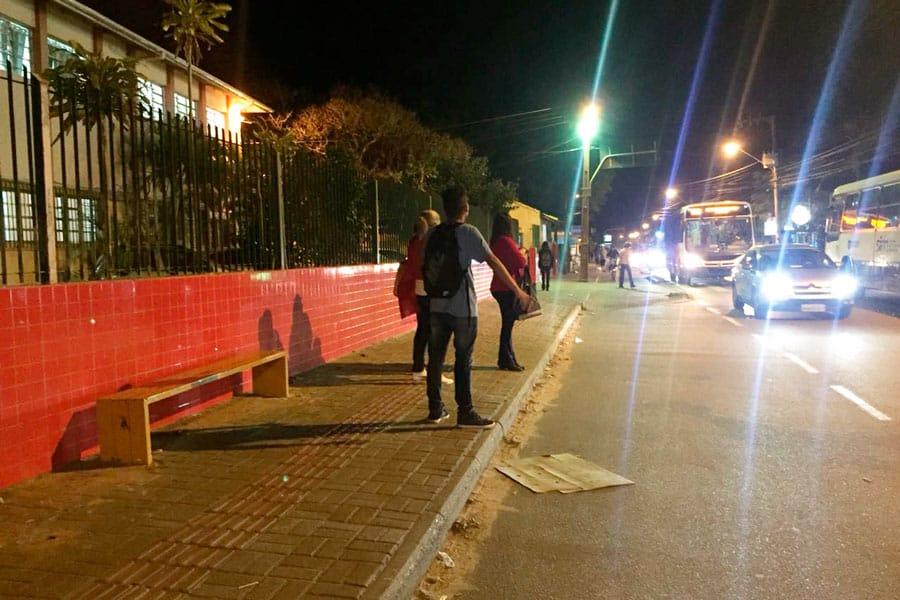 Falta abrigo de ônibus em frente a escola na Rodovia João Gualberto Soares